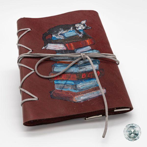 Agendă Breely Story lucrată și pictată manual din piele naturala. Pisica cu cărți. Handmade